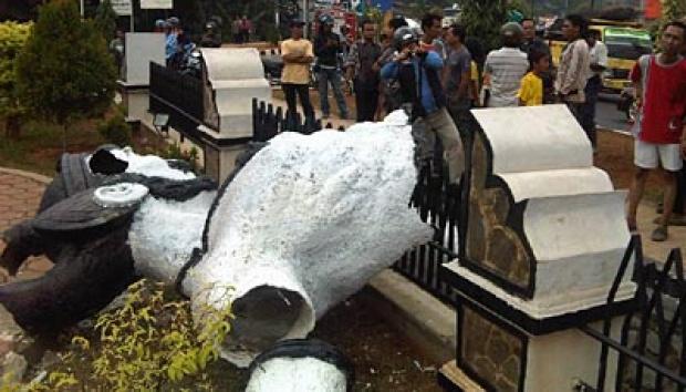Penghancuran Patung di Sidoarjo.jpg